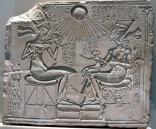 Akhenaten, Nefertiri and three daughers beneath the Aten - Neues Museum - Berlin - Germany 2017 (cropped)