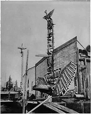 Totem pole - Totem poles in front of houses in Alert Bay, British Columbia in the 1900s