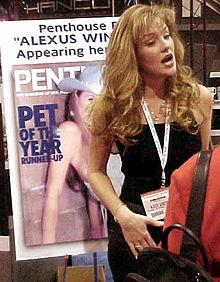 Alexus Winston a fianco di una copertina di Penthouse