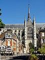 Amiens (80), rue Robert-de-Luzarches, vue sur la cathédrale.jpg