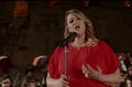 Amina Fakhet chante l'hymne national tunisien.png