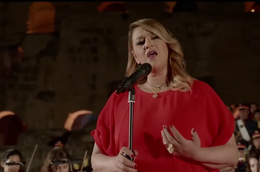 Amina Fakhet chante l'hymne national tunisien.png