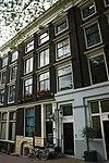 foto van Onderdeel van een drie huizen omvattend pand met lisenengevel onder rechte lijst en vensterfrontons