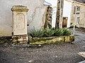 Ancienne fontaine-abreuvoir, datée de 1879.jpg