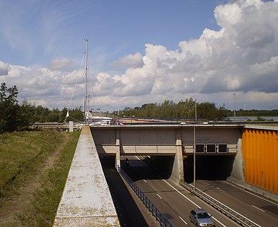 390px-Aquaduct_Veluwemeer_%281%29.jpg
