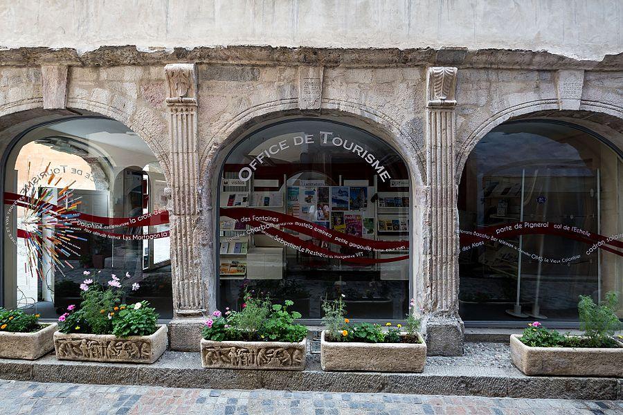 Français:  Arcades de la maison du Temple de Briançon (France).