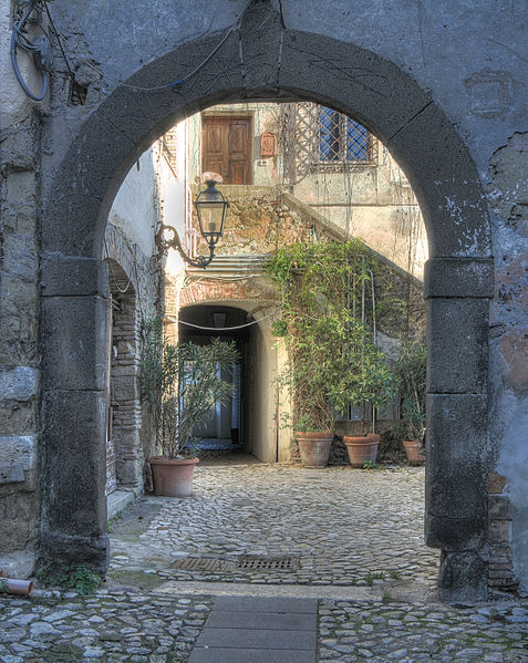 File:Archway and courtyard within former Capena monastery.jpg