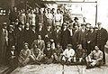 Arturo Alessandri con un grupo de trabajadores ferroviarios.jpg
