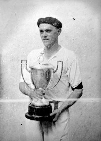 Mariano Juaristi - Mendizábal with a txapela and trophy