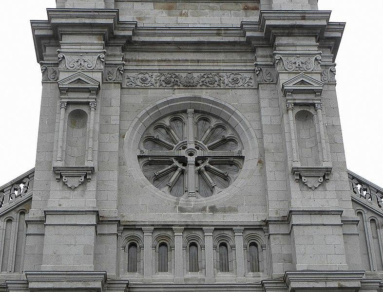 Galerie et rosace de la façade occidentale de la basilique Saint-Gervais d'Avranches (50).