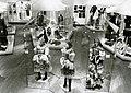 """Blick in die Ausstellung """"Weiße Westen – Rote Roben"""", Museum Dahlem, 1983-84.jpg"""