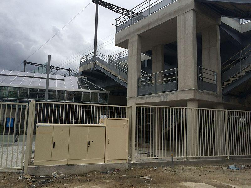 Escaliers d'accès aux quais à la Gare du Bourget du T11 express