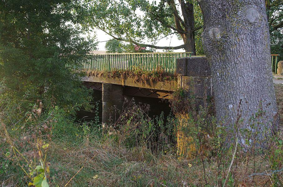 Lahayville im Department Mosel in Lothringen. Die Brücke wurde 1819 erbaut und steht unter Denkmalschutz.