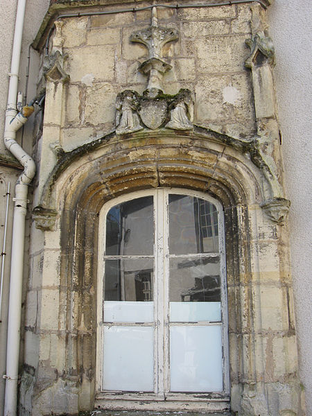 Fenêtre au rez-de-chaussée de la tourelle sur cour. (20 Grande-Rue, Bray-sur-Seine, département de la Seine-et-Marne, région Île-de-France).