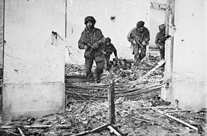 Sten - British paratroopers in Oosterbeek during Operation Market Garden armed with the Sten Mk V.