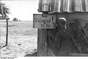 I tedeschi si avvicinano a Stalingrado, un cartello indica che la città dista solo tredici chilometri.