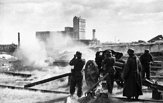 10.5 cm leFH 18 - LeFH 18 howitzer on a fire mission in Stalingrad, 1942
