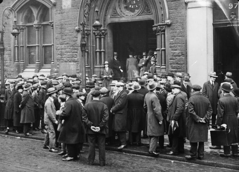 Bundesarchiv Bild 102-10246, England, Arbeitslose vor Gewerkschaftshaus