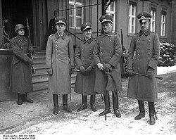 Bundesarchiv Bild 102-10920, Springreiter vor dem Reichspräsidentenpalais