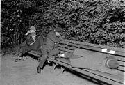 external image 180px-Bundesarchiv_Bild_102-11649%2C_Berlin%2C_Obdachlose_auf_der_Parkbank.jpg
