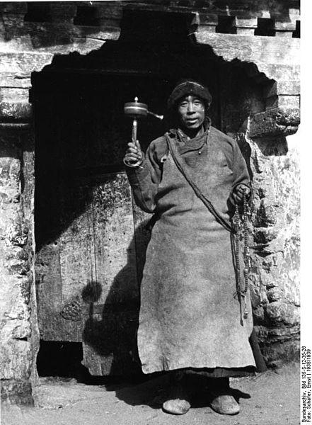 File:Bundesarchiv Bild 135-S-12-35-26, Tibetexpedition, Mönch mit Gebetsmühle.jpg