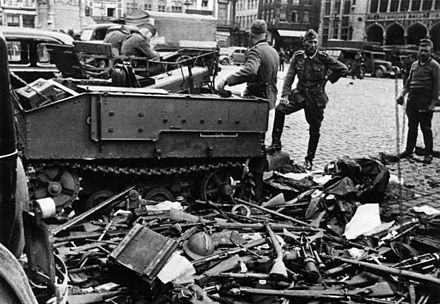 German soldiers pile up Belgian weapons in Bruges after the surrender Bundesarchiv Bild 146-1970-048-11, Belgien, Brugge, Entwaffnung.jpg