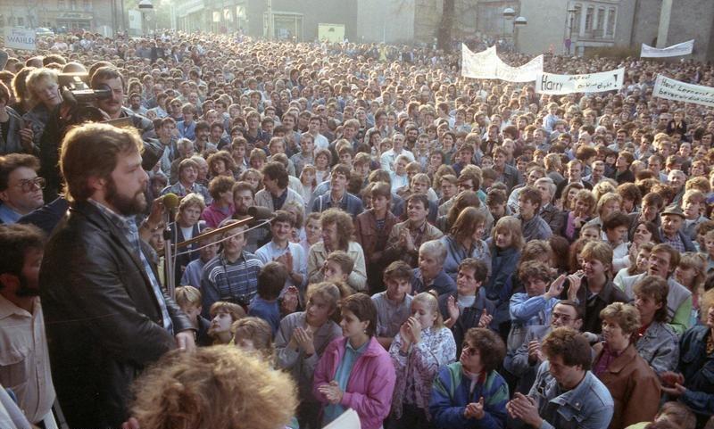 Bundesarchiv Bild 183-1989-1106-405, Plauen, Demonstration vor dem Rathaus