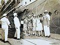 COLLECTIE TROPENMUSEUM Een groep vrienden poseert tussen serpentines op de kade voor een passagiersschip TMnr 60050369.jpg