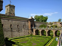 Foso de la entrada al castillo de Montjuïc.