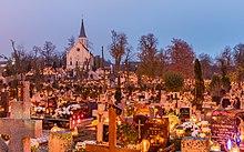 Cimitero durante Tutti i Santi in Polonia