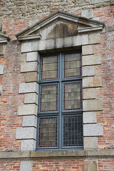Une fenêtre du château de Ducey, classé Monument Historique, a été construit au début du XVIIème siècle par Gabriel II de Montgommery, fils de Gabriel Ier de Montgommery qui tua le roi Henri II lors d'une joute.