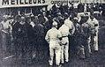 Charles Faroux directeur de course réunissant concurrents et commissaires avant le départ des 24 Heures du Mans 1939.jpg