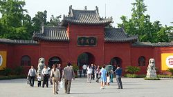 China-henan-luoyang-white-horse-temple-entrance-20040506.jpg