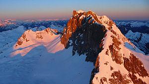 Die Rote Wand (2704 m) im Lechquellengebirge in Vorarlberg, winterliche Aufnahme aus dem Hubschrauber, Cinedoku Vorarlberg Titelbild