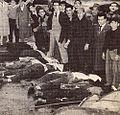 Ciudadanos junto a varios cadáveres a poco de finalizadas las acciones.jpg