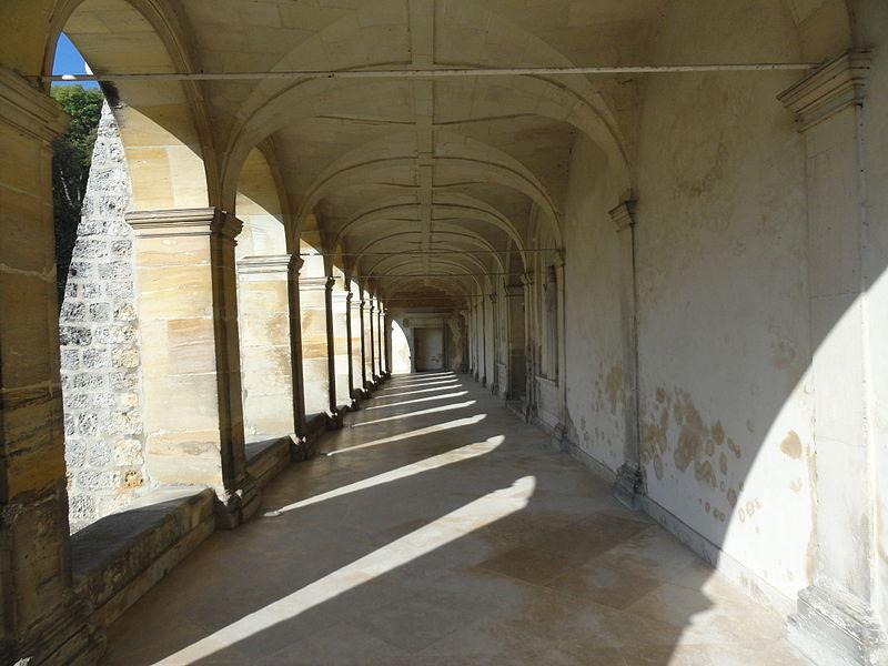 Intérieur du cloître de l'ancienne abbaye d'Hautvillers.