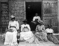 Collectie Nationaal Museum van Wereldculturen TM-10021126 Vijf hoedenvlechtsters bezig met het vervaardigen van hoeden Saba -Nederlandse Antillen fotograaf niet bekend.jpg