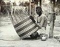 Collectie Nationaal Museum van Wereldculturen TM-60062001 Een mandenvlechter aan het werk Trinidad fotograaf niet bekend.jpg