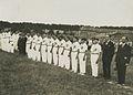 De Franse deelnemers tijdens de vlaggenparade op de maandagmiddag voor aanvang v – F40248 – KNBLO.jpg