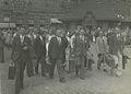 De aankomst van deelnemers op het stationsplein op de zondag voor de 27e Vierdaa – F40883 – KNBLO.jpg