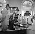 De koningin bewondert geschenken van de Curaçaose jeugd, Bestanddeelnr 252-3785.jpg
