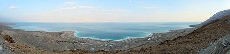 بانوراما للبحر الميت من الجانب الغربي. ويظهر على الشاطئ بشكل واضح أثر انخفاض منسوب المياه، والذي أصبح ينخفض مؤخرًا بمعدل متر سنويًا، بسبب تحويل إسرائيل معظم مياه نهر الأردن التي كانت تغذيه.