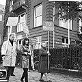 Demonstranten voor het Amerikaanse consulaat te Amsterdam (tegen politiek Vietna, Bestanddeelnr 918-2397.jpg