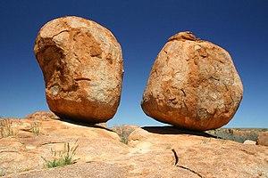 Karlu Karlu / Devils Marbles Conservation Reserve - A pair of balanced boulders