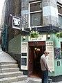 Edinburgh legkisebb kocsmája (The smallest pub in Edinburgh) - panoramio.jpg