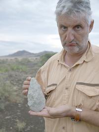 Enrique Baquedano con un bifaz en Olduvai.png