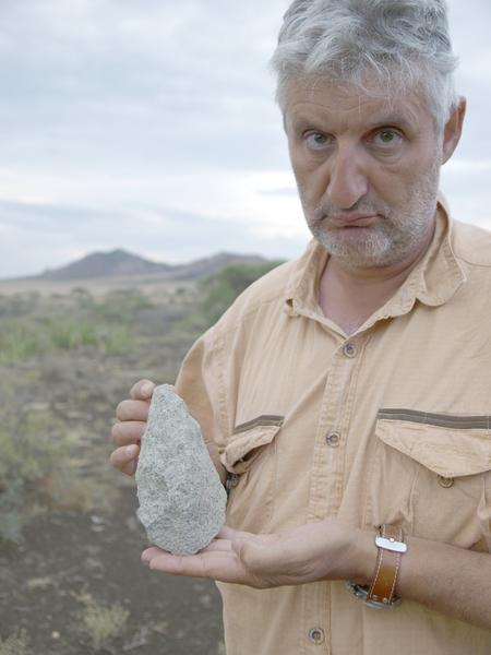 File:Enrique Baquedano con un bifaz en Olduvai.png