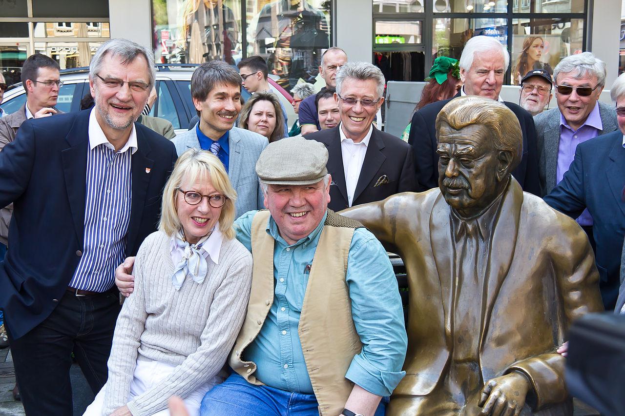 Enthüllung des Denkmals an seinem neuen Standort (v.l.n.r.): Bezirksbürgermeister Andreas Hupke, Bürgermeisterin Elfi Scho-Antwerpes und Peter Millowitsch (25. April 2014)