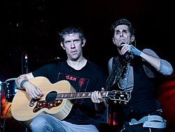 Avery (a sinistra) con Perry Farrell nel 2009