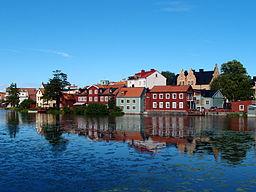 Eskilstunaån med Gamla byen i baggrunden.